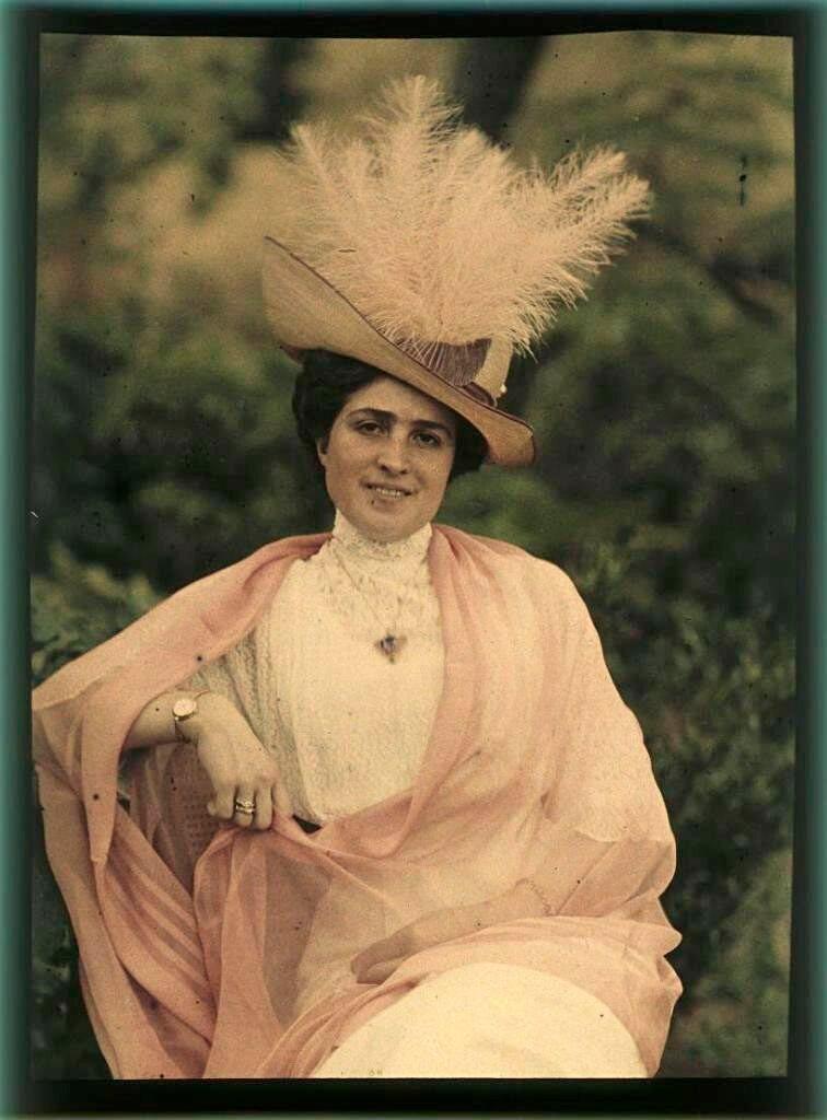 Портрет женщины в шляпе с перьями (Насакова).jpg