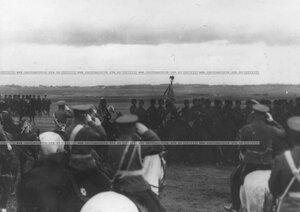 Подразделения полка во время парада проезжают мимо императора Николая II.