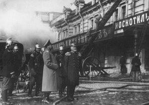 Брандмейстер Александро-Невской пожарной части с помощниками наблюдают за тушением пожара.