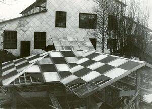 Постройка крыши из звеньев, сделанных на заводе.