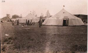 Беженцы у амбулаторных палаток,  соединительного врачебно-питательного пункта, организованного отрядом Красного Креста В.М.Пуришкевича.