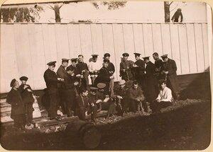 Группа студентов Политехнического института во дворе госпиталя, оборудованного в институте.