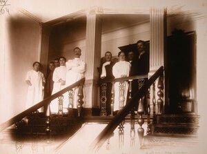 Группа медицинского персонала госпиталя на лестничной площадке.