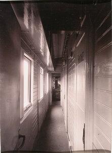 Вид части коридора в хозяйственном вагоне.