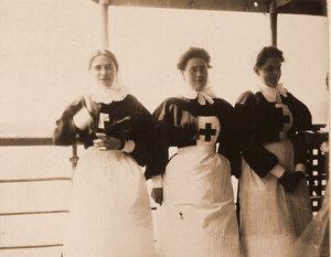 Группа сестер милосердия на палубе плавучего госпиталя Орёл.