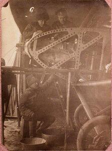 Механики подвижной авиационной мастерской за ремонтом мотора Мерседес с немецкого аэроплана Эйлер.