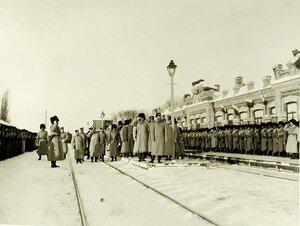 Император Николай II со свитой обходит строй солдат 159-го Гурийского и 160-го Абхазского полков,выстроившихся на станции