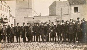 Группа латышей новобранцев на площади .