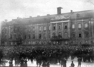 Митинг студентов университета на Менделеевской линии у главного здания университета.