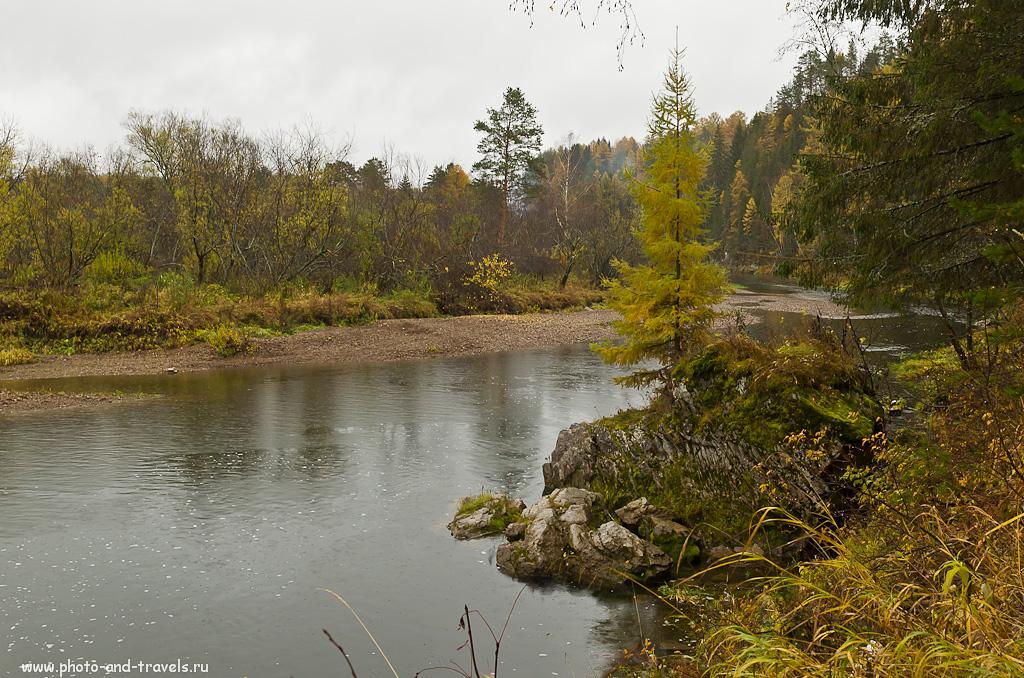 3. За той лиственницей уже виднеется подвесной мост. Кстати, в Оленьих ручьях таких сооружений имеется три штуки.