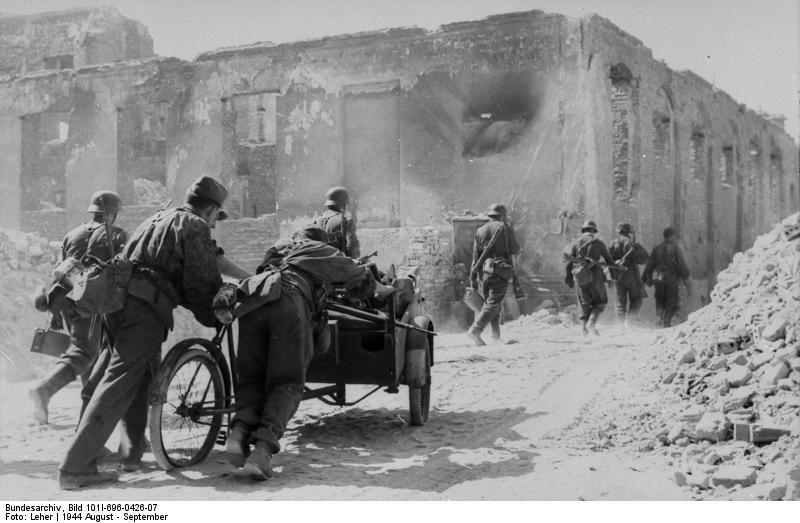 Warschauer Aufstand, Waffen-SS neben Ruine