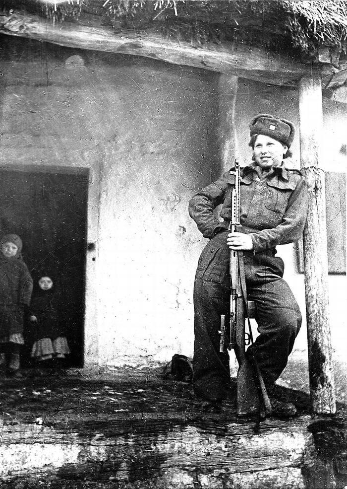 Снайпер чехословацкого батальона Валентина Биньевска в Оренбургской области (1942 год)