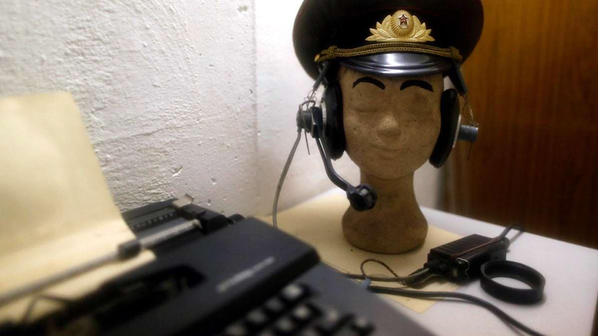 Пишущая машинка и манекен в советской военной фуражке и наушниках