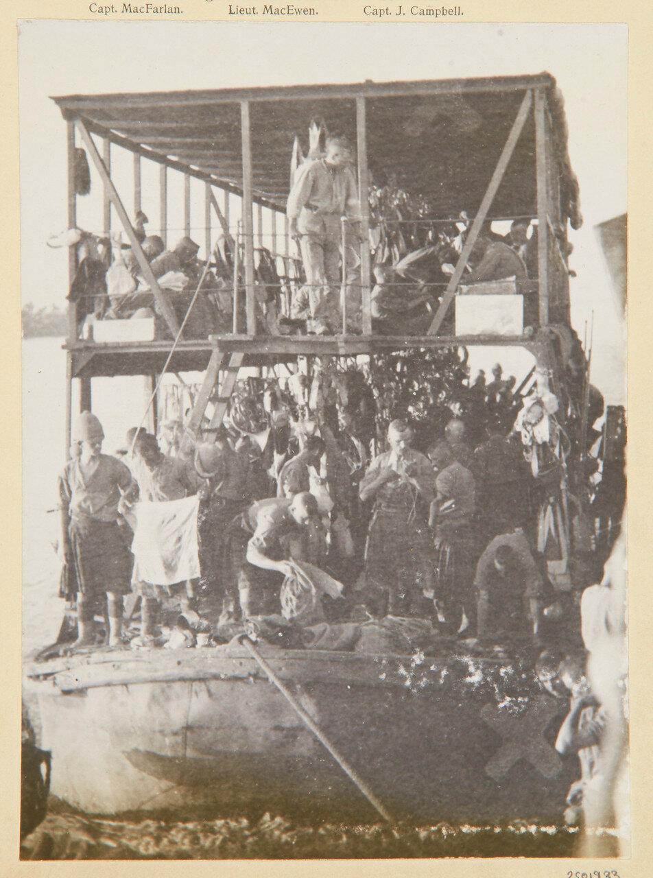 Солдаты Собственного королевского Камерон-хайлендерского полка стирают свои килты на барже
