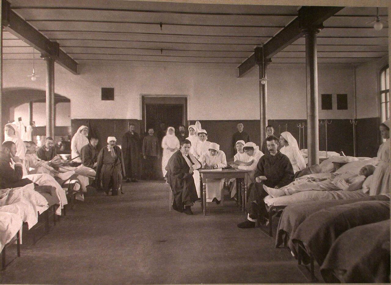 25. Раненые в палате лазарета, организованного при Трехгорном пивоваренном заводе