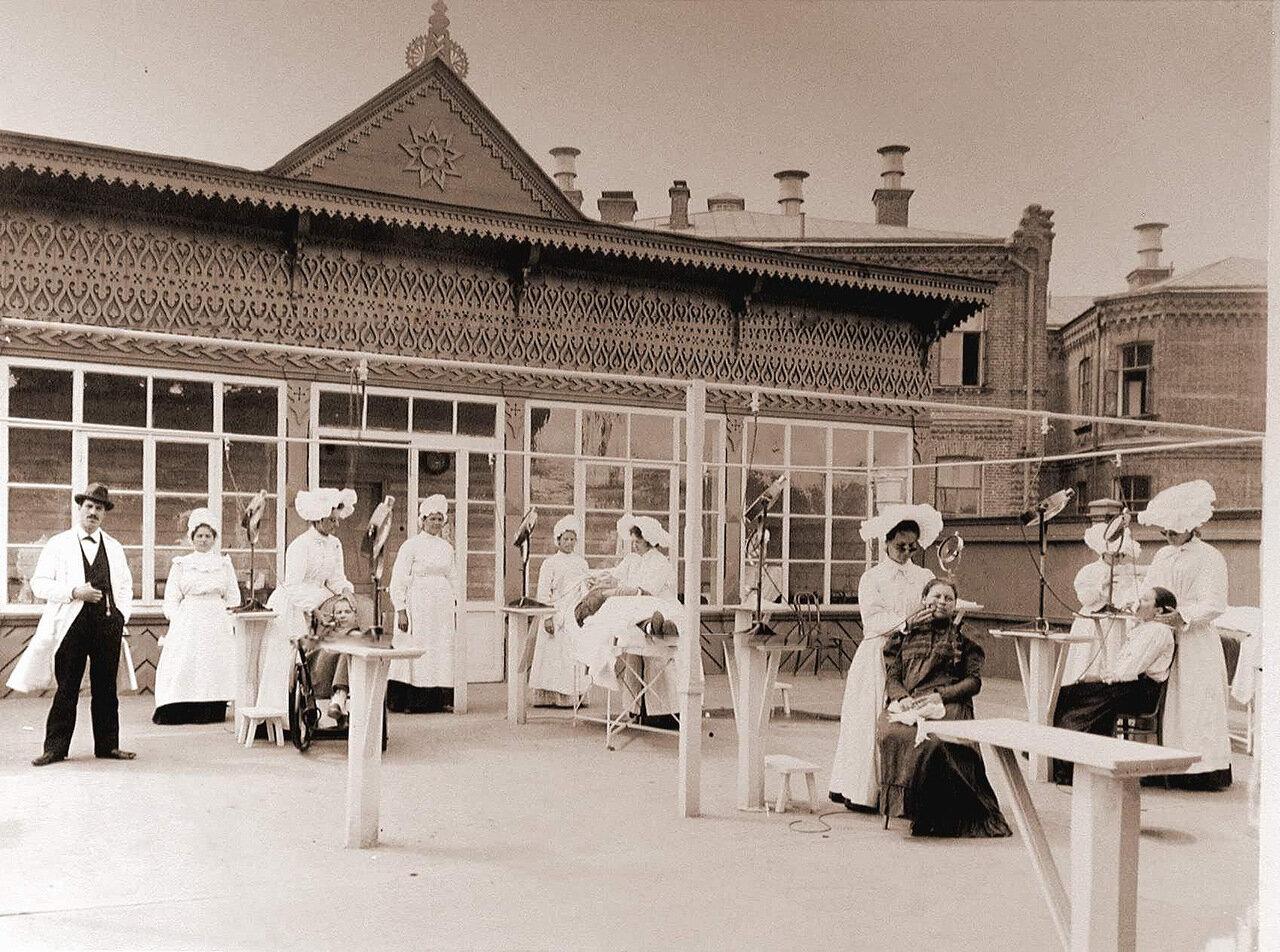 05. Врачи и медицинские сестры проводят сеансы лечения больных солнечным светом