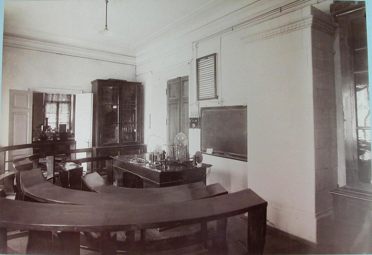 09. Вид части физического кабинета Третьей Киевской гимназии