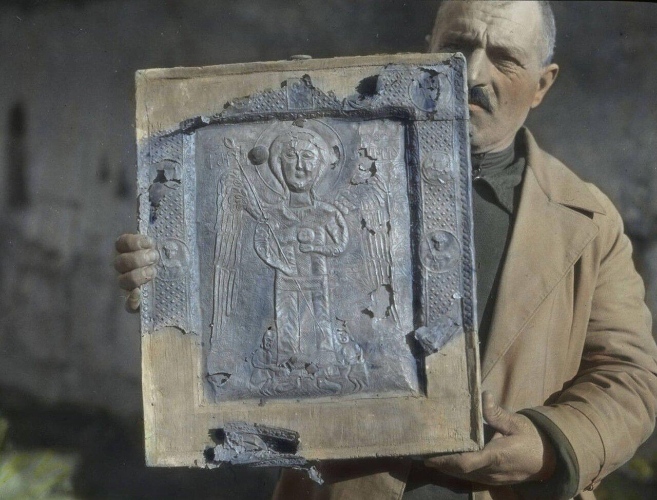 Мужчина держит икону XII века из церкви Богородицы в Ушгули. Сванетия