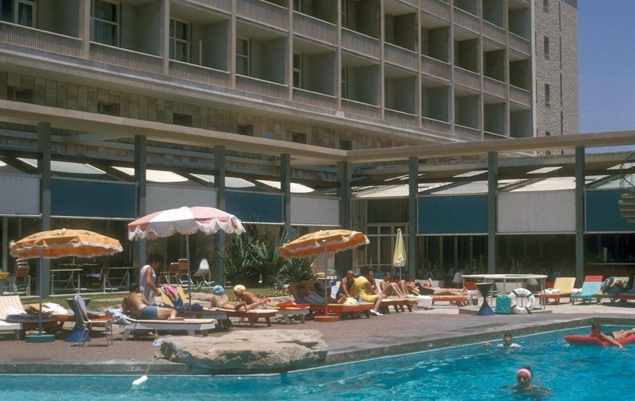 09. Гостиничный бассейн