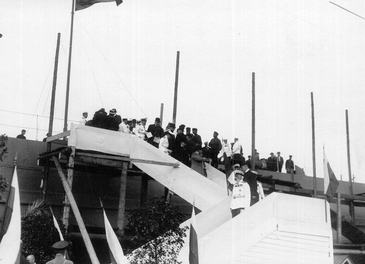 22. Вице-адмирал, морской министр С.А.Воеводский с группой офицеров на лестнице миноносца Новик после осмотра