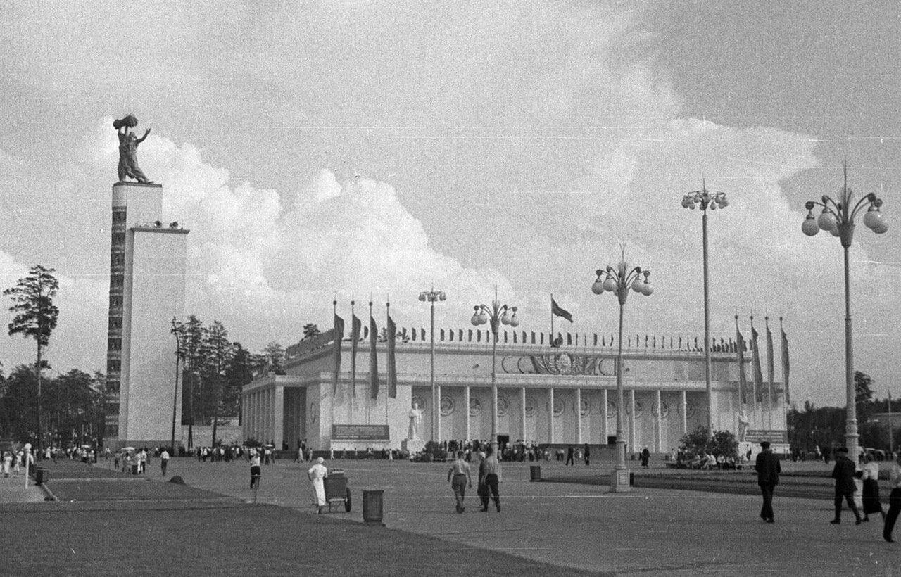 77. Стела Конституции возле Центрального павильона «СССР»