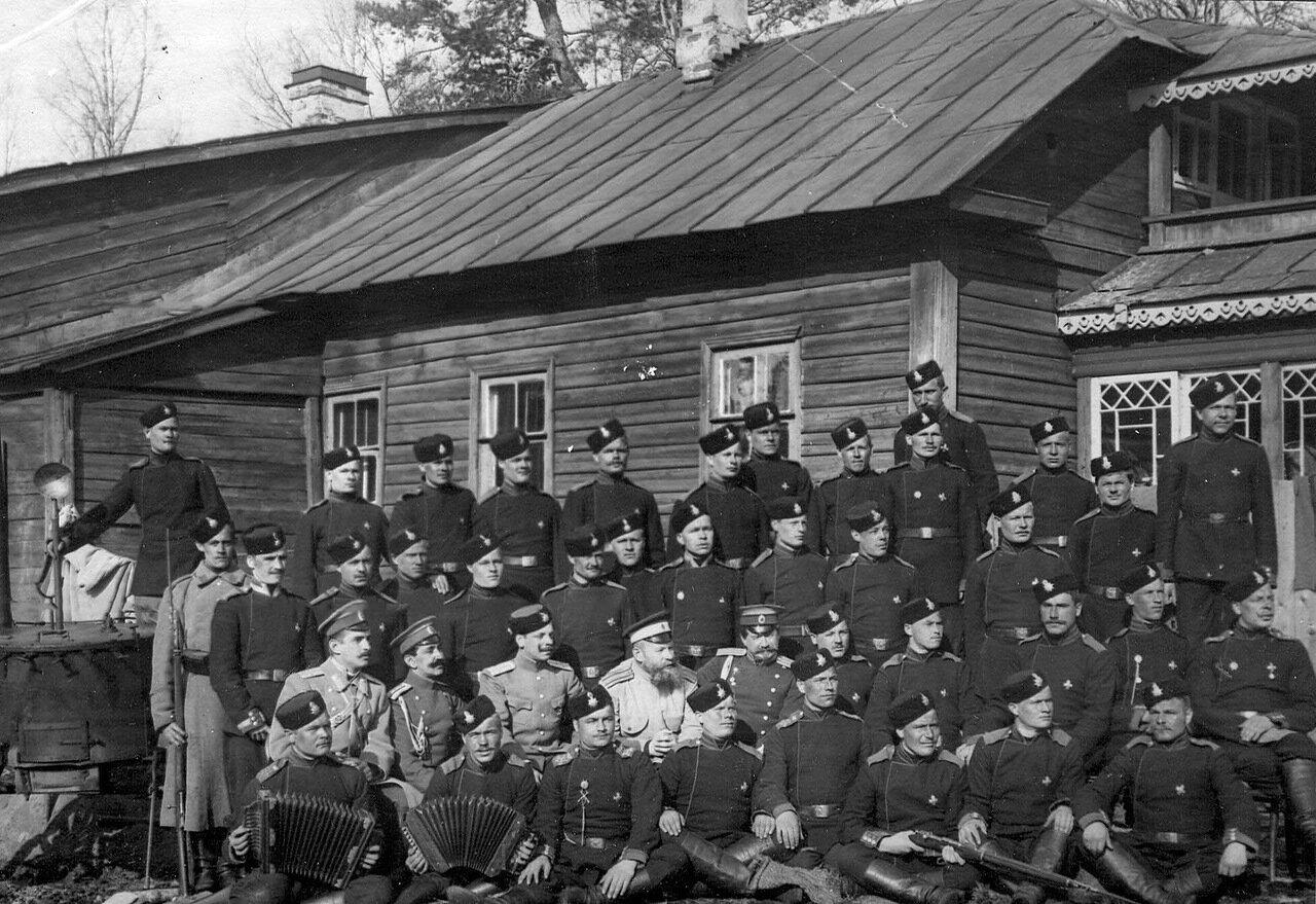 26. Группа гвардейских стрелков, изучающих в бригаде пограничную стражу, на учении. 1908