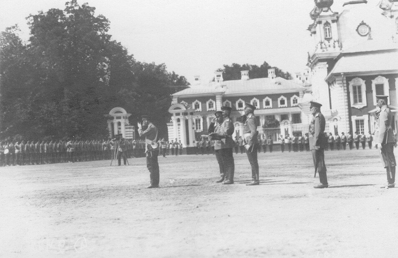 25. Император Николай II пьет чарку за здоровье полка во время парада полка. Петергоф. 29 июня 1913
