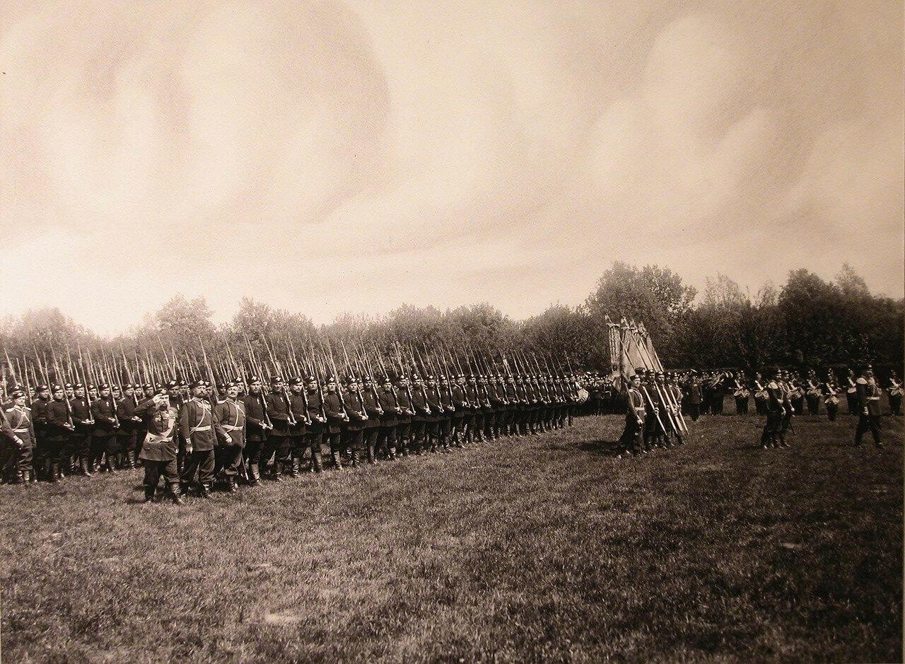 08. Первый батальон полка проходит церемониальным маршем во время парада