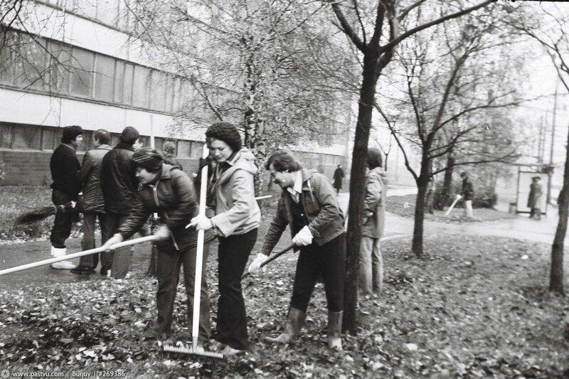 Сотрудники ВЗЭИС на субботнике 1988 год.jpg