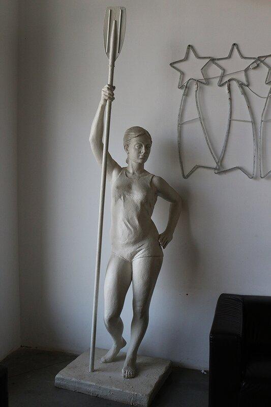 Девушка с веслом