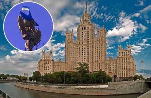 В Москве на Сталинской высотке водрузили флаг Украины