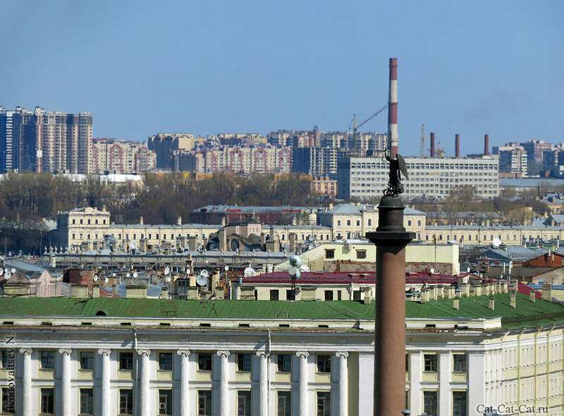 Александровская колонна, за ней Штаб 6й армии ВВС и ПВО