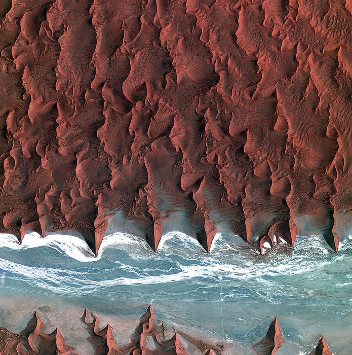 Это не фото ада, а всего лишь высохшее русло реки Соссусфлей. Неизвестно, почему дюны принимают имен