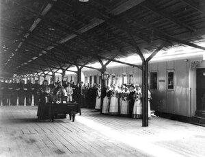 Молебен перед отправкой поезда за ранеными на фронт
