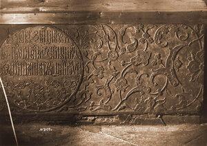 Высеченный каменный орнамент на царской гробнице в соборе Архангела Михаила в Кремле. Москва г.