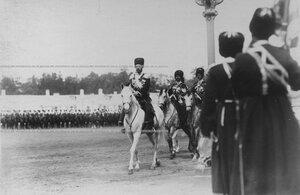 Император Николай II в сопровождении трубачей Его Величества объезжает строй  конвоя.