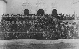 Группа конвойцев у нового здания  офицерского собрания в Федоровском городке в день празднования 100-летнего юбилея конвоя.