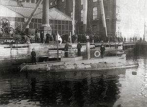 Подводная лодка Дельфин после модернизации у стенки Балтийского завода, 1904 год