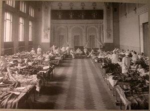 Раненые в палате лазарета,устроенного в помещении Купеческого клуба.