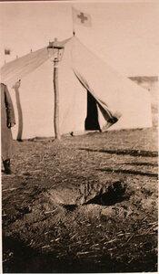 Воронка от разорвавшегося снаряда у палатки перевязочно-питательного пункта №15, организованного отрядом Красного Креста В.М.Пуришкевич.