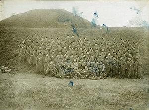 Группа солдат и офицеров после парада перед Георгиевскими кавалерами в редуте №2 крепости.