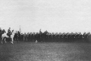 Император Николай II объезжает строй Великолукского полка перед отправкой его на Дальний Восток.