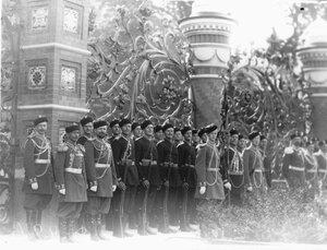 Почетный караул казачьих войск у решетки Михайловского сада в день освящения храма.
