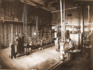 Вид станков (на первом плане) и инструментов плашек для нарезки внутренней и наружной резьбы в одном из цехов мастерской.