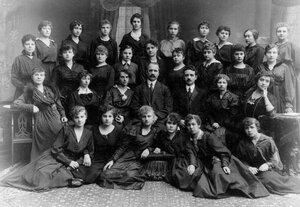 Группа служащих фабрики.