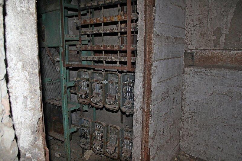 Оборудование внутри башни заброшенного элеватора хлебоприёмного предприятия в пос. Медведок
