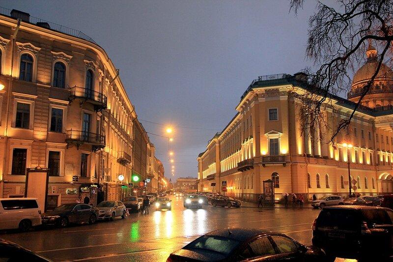 Вечерний Санкт-Петербург. Подсвеченные огнями дома на перекрестке Адмиралтейского и Вознесенского проспектов.