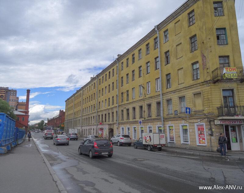 Улица Розенштейна, дом справа уцелел, домам слева не повезло - они 'не вписались в рынок'.