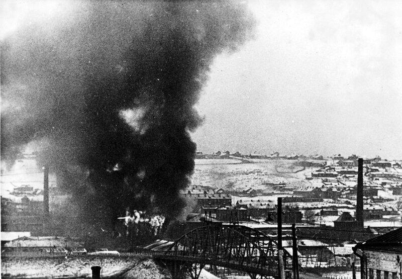 1941-11-28 11.00-14.00 Яхрома с Перемиловских высот. Горит фабрика.jpg