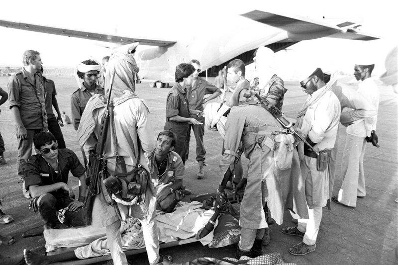 """L'évacuation sanitaire des blessés vers N'Djamena, lors de l'opération """"Manta"""", est effectuée par un avion Transall."""
